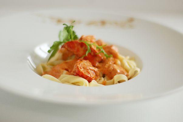 Recette pied noir et méditerranéenne - Pates au homard (Pasta all'aragosta) : Pâtes Verser la farine dans un cul de poule. Faire un puits et y mettre les oeufs, que vous aurez préalablement battus, et le sel. Mélanger du bout des doigts jusqu'à l'obtention d'une pâte...