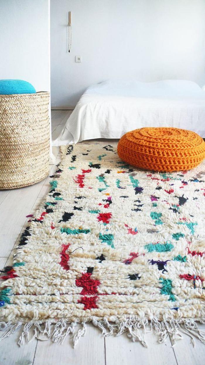 maroc deco rustique   Le bois de la commode s'accorde avec le rose de ce tapis marocain