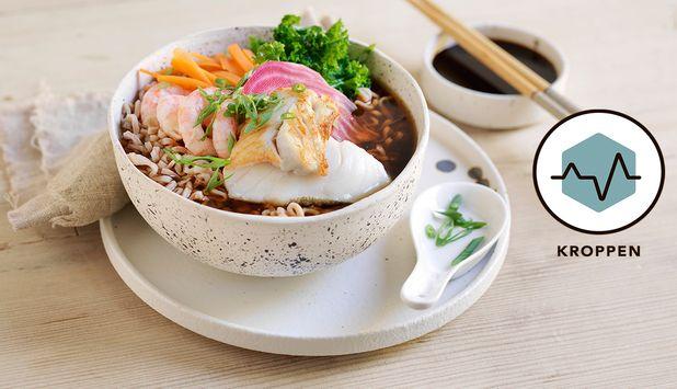 Ramen med torsk og reker er en fryd for smaksløkene. Suppe med sjømat, nudler og grønnsaker - kan det bli bedre?