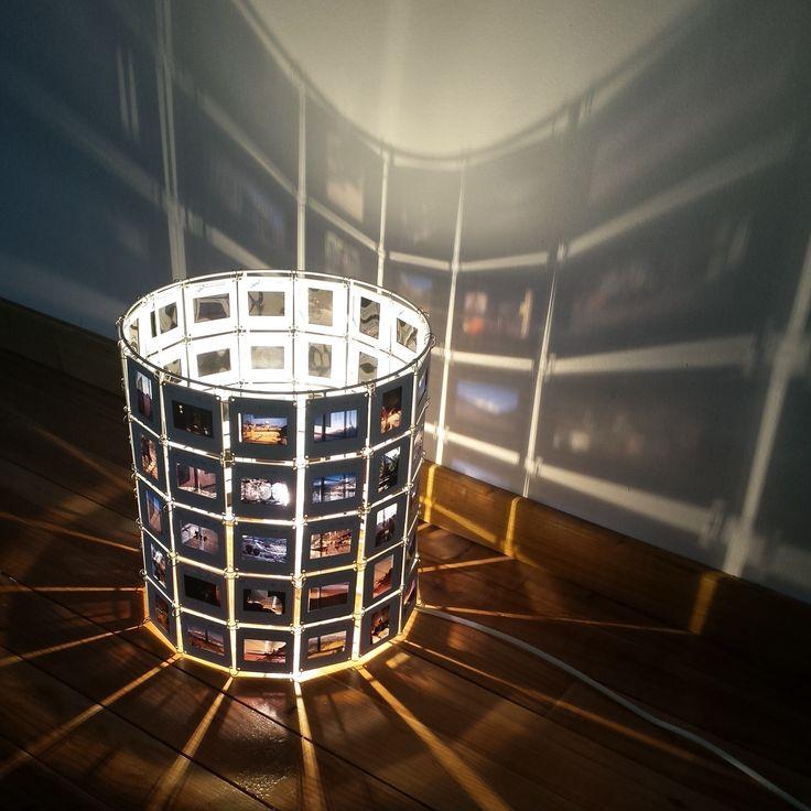 Lampe Diapo réalisée avec de vieilles diapositives données par des studios photos. Les diapositives ne se recyclant pas, les studios ne savent pas quoi en faire. Les diapositives sont triées, travaillées et assemblées sur une structure en métal fabriquée en France. Elle fait 20 cm de hauteur…