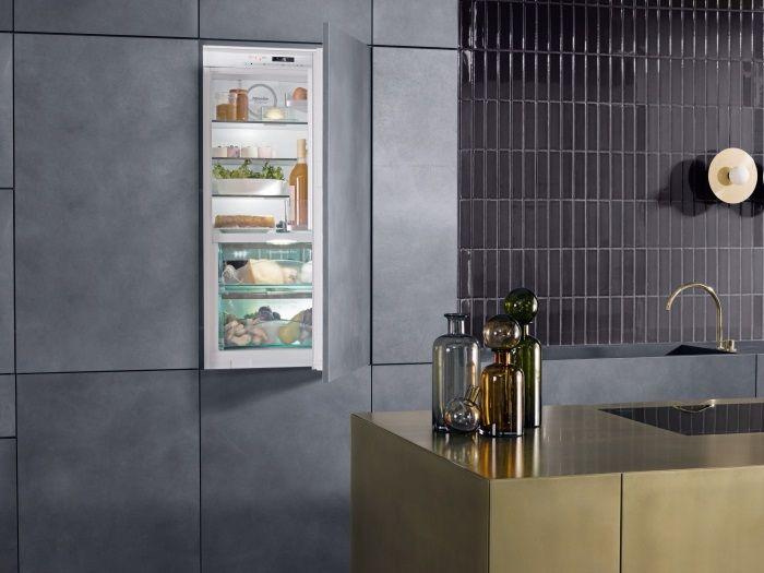 Moderne keuken met miele inbouw koelkast in strakke kastenwand ...