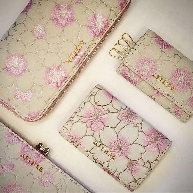【aether_jiyugaoka】さんのInstagramをピンしています。 《先日は桜革の新商品のがま口財布をご紹介させて頂きました。 ・ 同じ桜革のシリーズで名刺入れとしてもご使用頂けますカードケースや、パスや定期を内側のポケットに入れる事が可能なキーケースも新しく仲間入り致しました✨ ・ 取り入れるだけで優しいピンクの彩りとキラキラ輝くラメ箔が、上品な女性らしさを引き出してくれます。 ・ 公式アカウント→@aether.tokyo ・ #ピンク #桜 #さくら #サクラ #花びら #花 #花柄 #キーケース #カードケース #名刺入れ #パスケース #財布 #長財布 #レザー #ラメ #自由が丘 #エーテル #東京 #新作 #新商品 #flower #leather #wallet #Tokyo #pink #cherryblossom #petal #charm #aether #jiyugaoka》