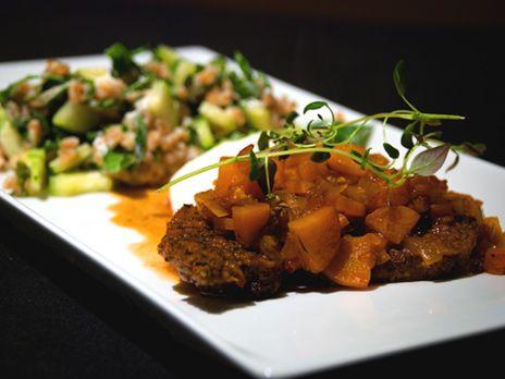Lokalt möter globalt. Kryddbrässerad lammstek från Smultronboda serveras med en sås på rotsaker, chili och vitlök och tabouleh på speltvete och chèvre.