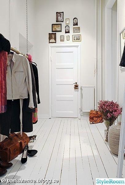 hall,vit,fotovägg,vitt golv,spegeldörr