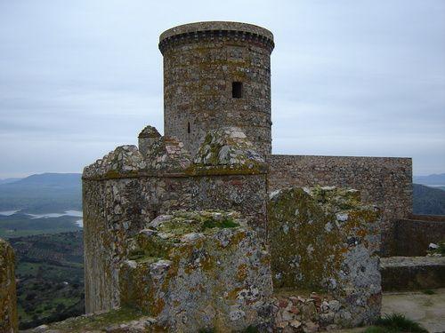 Torre del Homenaje del potente castillo de Puebla de Alcocer, una de las mejores atalayas de la región extremeña.