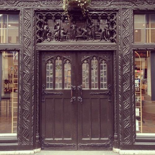 Wat mis ik Londen! Deze deur heeft het allemaal: een breed zwart exemplaar met mooie details, kleine ramen en een leuke sculptuur boven de deur. (93/365)