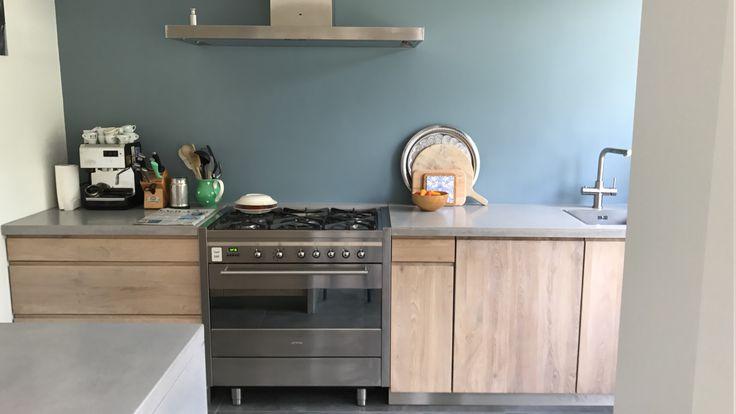 Keukeninspiratie! Eikenhouten frontjes van Koak-design, lichtgrijs betonnen aanrechtblad Marcolina, inflatable blue Histor- schitterende combinatie!
