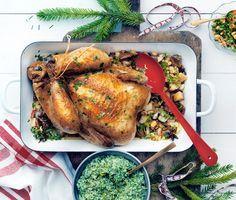 Att ugnssteka en hel kyckling hör julen till – gott och mättar många. Hitta en stor kyckling som blir riktigt saftig när den får stå länge i ugnen på låg värme. Fyll fågeln med ingredienser som kanel, nejlika och stjärnanis och bind gärna med steksnöre.