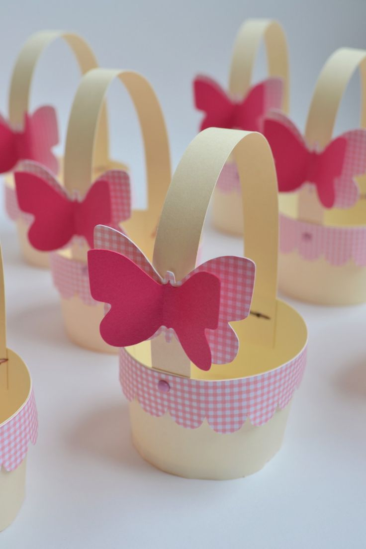 Mini cestinha de papel para colocar cupcakes.    Feito com papel de scrapbook, está incluso a borda xadrez e a borboleta com 2 dimensões.    Posso mudar a cor do papel xadrez e da borboleta.    Pedido mínimo de 10 unidades.