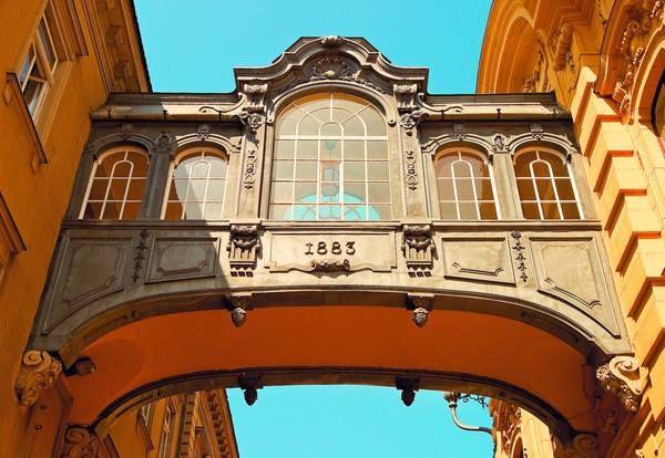 Sóhajok hídja - Szeged Széchenyi terén a Városháza és a Bérpalota között látható a Sóhajok hídja. A kis híd a két épület között átjáróként funkcionál, melyet a velencei híd mintájaként építettek.