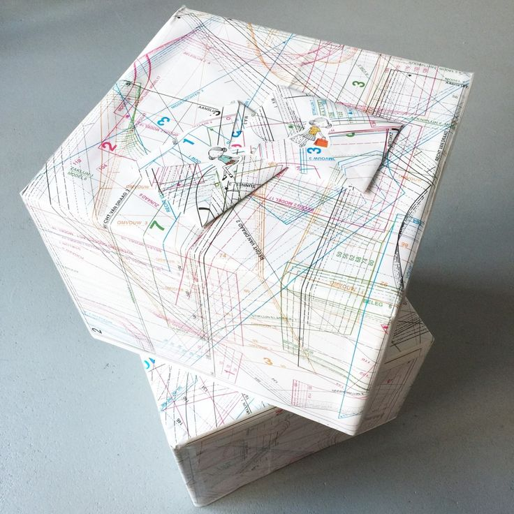 Box with fabric and other materials for sewing, as a gift / Cadeau-idee: stof en ander naaigerei // VAN BRITT
