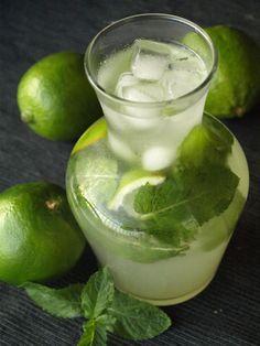 http://www.cookismo.fr/mojito-sans-alcool-cocktail-menthe-et-citron-vert/8860 2 citrons verts 8 cl de sirop de sucre de canne 12 feuilles de menthe fraîche Eau gazeuse bien fraîche Glaçons