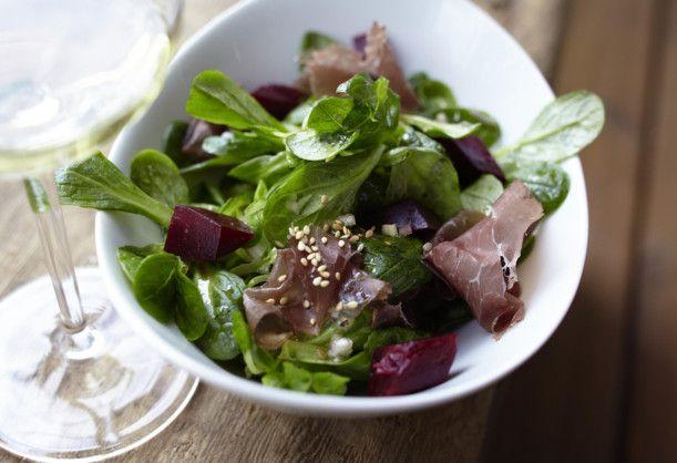 März: Rote Beete: Feldsalat mit Roter Bete, Bündnerfleisch und Sesam-Teriyaki-Vinaigrette Rezept