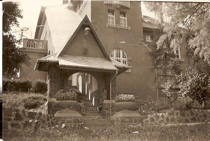 A kastélyt a háború után államosították, a szocializmus időszakában lakásokká alakították át. Az új beosztás megbontotta az épület belső rendjét.