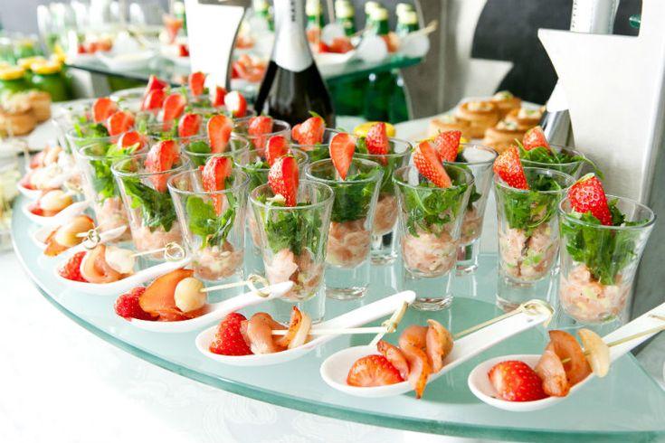 Вместо привычных тарелок, огромного стола и курицы с пюре, выберите подачу угощений в виде шведского стола. Различные канапе, сырные, мясные и рыбные нарезки, красиво оформленные съедобными фигурками или вырезанные формочками для печенья, порционный салат в тарталетках, небольшие котлетки или тефтели, которые будет удобно наколоть на шпажку. Чипсы, крекеры, овощную соломку стоит выложить на отдельное блюдо, а в центр поставить пиалу с соусом.