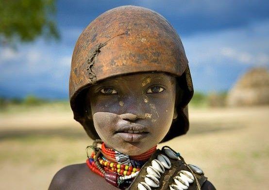Un niño de la tribue de Erbore (Etiopía)