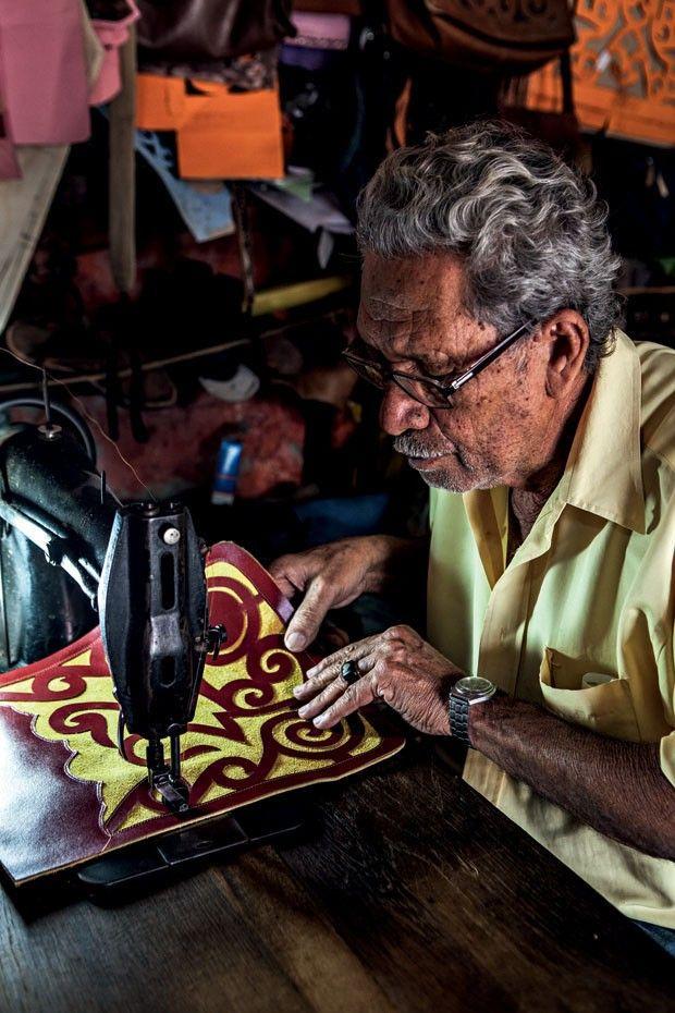 Nova coleção irmãos Campana   Mestre coureiro em ação (Foto: Lucas Cuervo Moura)