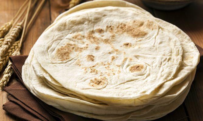 Aprende con Bruno Oteiza a preparar las populares tortillas de trigo mexicanas, utilizadas para hacer fajitas, tacos, burritos, quesadillas y otros platos tradicionales.