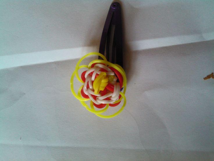bjr voici le tuto de la fleur pour barrette en elastique rainbow loom   https://www.youtube.com/watch?v=H45vCQ69cZA