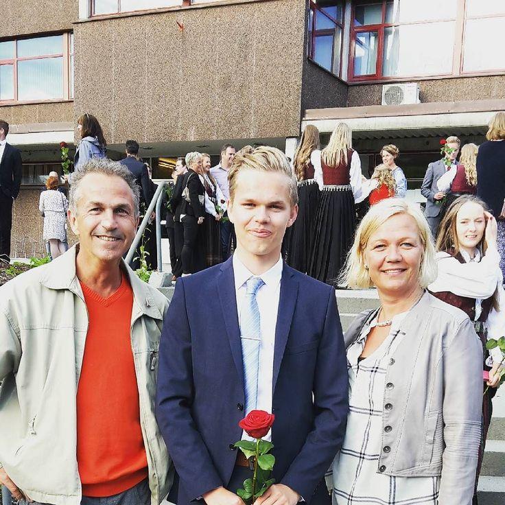 En relativt fornøyd gjeng da @sindrerosenlund med beviset for fullført videregående!!