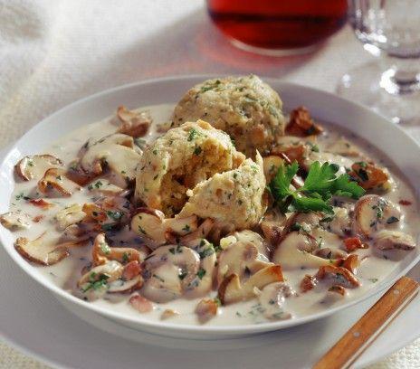 Bawarskie knedle z sosem grzybowym - Przepisy.Prosty i bardzo smaczny pomysł dla lubiących smak najlepszych grzybów. Bawarskie knedle z sosem grzybowym to przepis, którego autorem jest: Magda Gessler