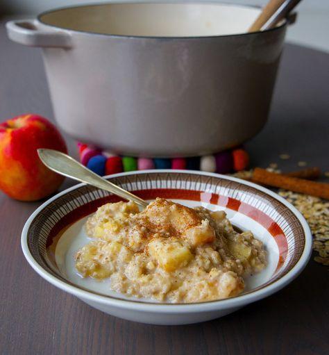 Supergod havregrynsgröt som smakar äppelpaj. God som frukost, mellanmål eller som en stärkande fika! 4-5 portioner 6 dl havregryn 2 st äpplen 3 dl mjölk (kan bytas ut mot mandel- ris- eller sojamjölk) 6 dl vatten 1 nypa salt 0,5 tsk vaniljsocker eller vaniljextrakt 1 tsk kanel Söta med ett av alternativen (kan uteslutas för ett sockerfritt alternativ): 2 msk honung 2-3 msk socker (råsocker är supergott i gröten) Gör såhär: Skala eller behåll skalet på och skär äpplena i bitar. Om du vill ha…