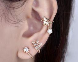Luxusný ušný piercing v tvare malých kvetov. Ušný piercing sa po dlhých rokoch opäť stáva štýlovým doplnkom súčasnosti. Ak Vás už omrzeli klasické náušnice a chcete skúsiť nový vzhľad, ušný piercing je tým pravým doplnkom pre Vás.