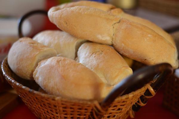 Aprende a preparar marraquetas chilenas con esta rica y fácil receta. La marraqueta, llamado pan batido en Chile y conocido como pan francés, es un tipo de pan vegan...