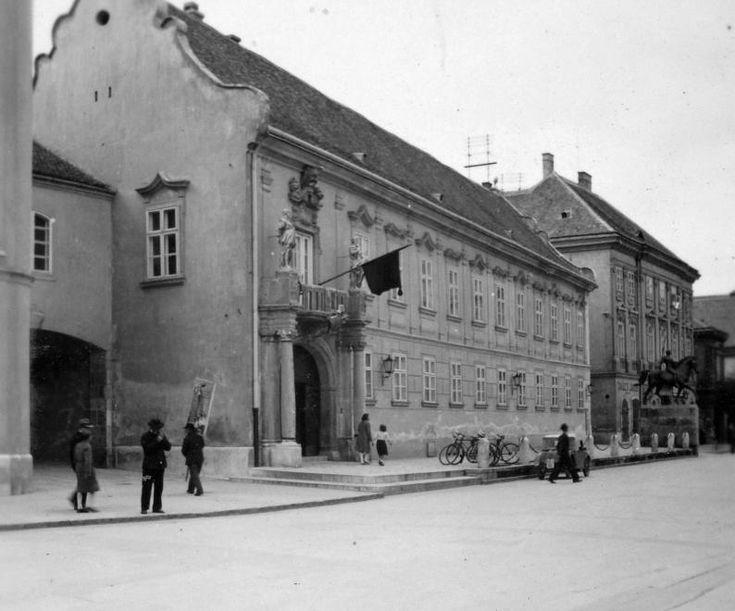 Városház tér, szemben a Városháza és előtte a Tízes huszárok szobra.