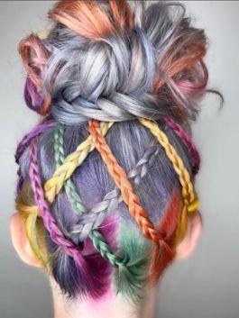 Вот такие симпатичные косы – новый тренд этого года! Заплетенные с ярким канекалоном, они уж точно выделят их обладательницу этим летом.