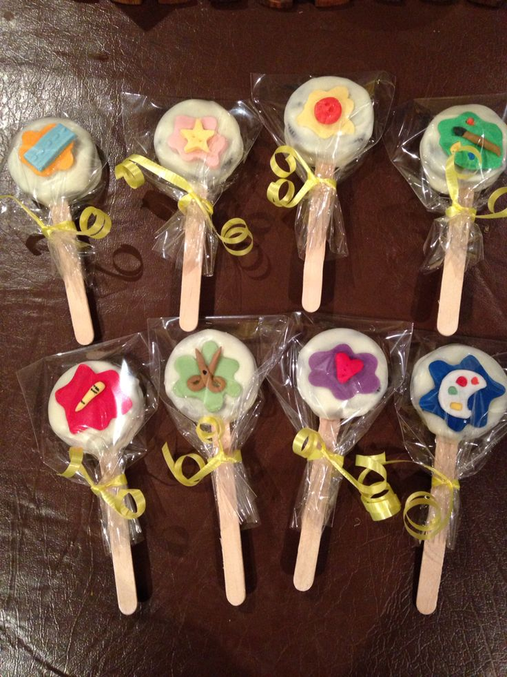 Arts and craft themed oreo pops