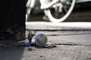 slinkachu http://restreet.altervista.org/la-street-art-in-miniatura-di-slinkachu/