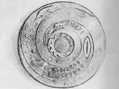 DROPA TAŞLARI  1938'de bir mağaranın tabanında yüzlerce taş disk bulundu. Disklerin yaşı 10.000 – 12.000 idi. Her diskin çapı 22,7 cm ve kalınlığı 2 cm idi. Her birinin ortası delikti ve gövdelerine kazınmış sarmal oyuklar ve hiyeroglifler vardı. Hiyerogliflerde, dünya dışından gelen ve buradaki dağlarda kaza geçiren uzay gemilerinden bahsediyordu. Uzay gemileri, kendilerini Dropa diye adlandıran insanlar tarafından kullanılıyordu.