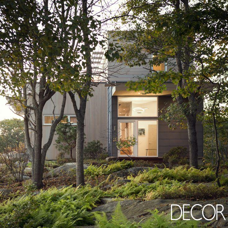 Restaurada pelo escritório Theodore + Theodore Architects, construção Lily Pond House recebe revestimento em tábuas de cedro e painéis de zinco, que permitem uma maior integração com a paisagem local do estado norte-americano de Maine.