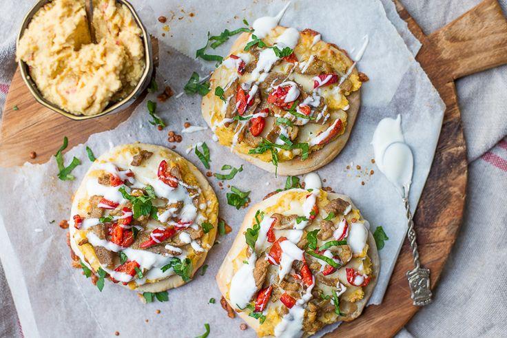 Hoewel het voelt als een echte guilty pleasure is deze pitapizza met shoarma en hummus veel minder guilty dan de echte shoarmapizza. Lekker voor de lunch!
