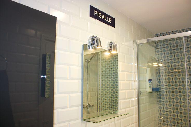 Cualquer día por Pigalle. Mueble y ducha de #Roca, Espejo de #IKEA. Azulejos de #Vives #1900 y #Zola. El cartel parisino regalo de unos muy buenos amigos.