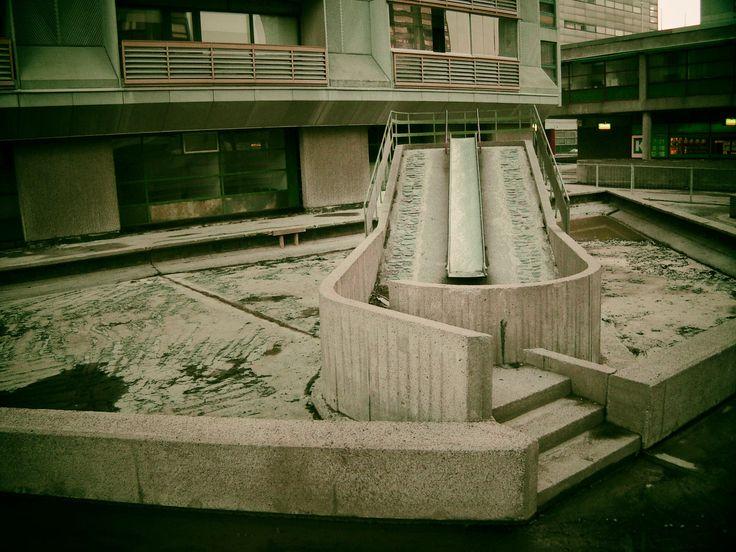 Betoninen liukumäki 16 A ja B välissä (RIP 2003).