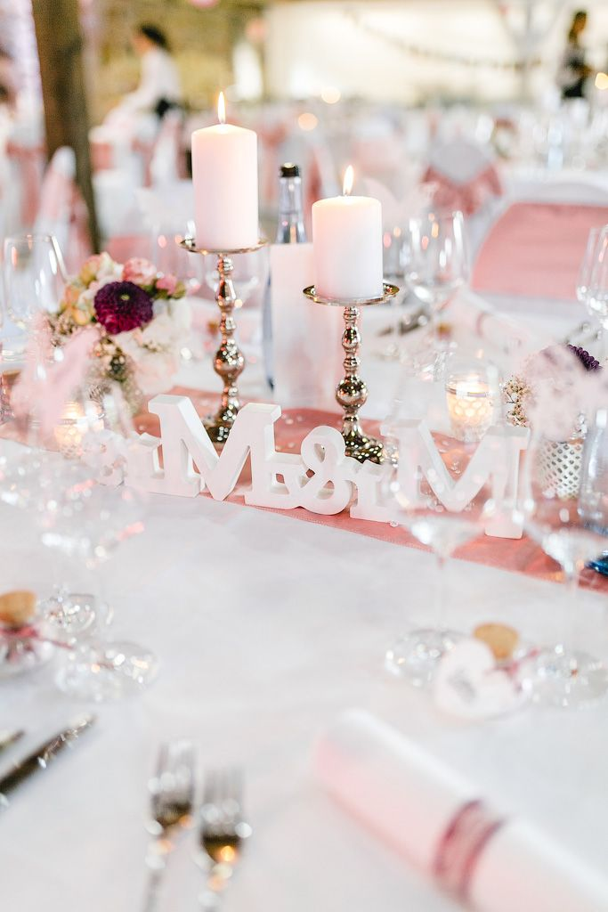 Hochzeit Tischdeko In Weiss Und Rosa Hochzeit Tischdekoration Hochzeit Tischdeko Hochzeit
