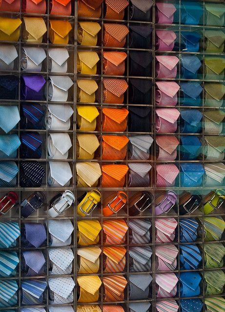 Kleur is een goede manier om klanten door je winkel te leiden. Trek op die manier bijvoorbeeld klanten naar de achterwand van je winkel!