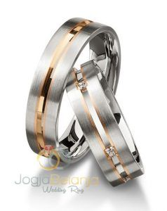 CincinKawin Halinkahadir dengan tampilanyangsengaja didesain dengan konsep minimalis dan kekinian. Cincin pasangan muslim ini terdiri dari kombinasi dua macam warna yaitu warna asli perak yang mendominasi cincin dan paduan kombinasi emas kuning yang dibalutkan pada aksen garis di tengah cincin.Cincin pasangan ini dibuat dari bahan palladium 50% dikerjakan dengan dua macam kombinasi finishing, yaitu finishing …
