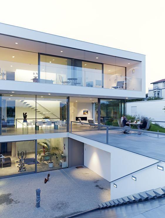 Puristische villa in hanglage zweigeschossig mit for Minimalistisches haus grundriss