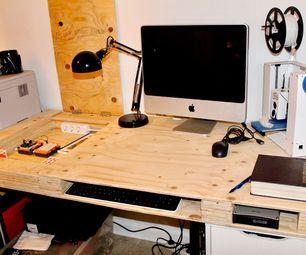 Mesa de madeira compensada com vários compartimentos de armazenamento
