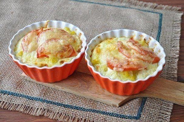 Запеканка с цветной капустой для завтрака.  Ингредиенты: Капуста цветная 300 г Масло подсолнечное рафинированное 20 мл Молоко 100 мл Помидоры 1 шт. Соль 1 щепотка Сыр твёрдый 70 г. Яйца куриные 4 шт.  Приготовление: 1. Приготовим цветную капусту, её надо заранее бланшировать, можно добавить в воду куркумы для цвета. Потребуются помидор, сыр, молоко, немного масла и сыр. 2. Яйца взбить с молоком и добавить немного соли. 3. Формочки смазать маслом и выложить цветную капусту. 4. Положить сверху…