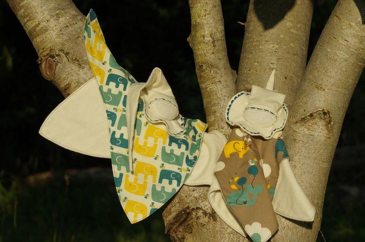 Bien installés dans le noyer, des lutins-câlin étoilés attendent le coucher du soleil.  www.mimietpoesie.com