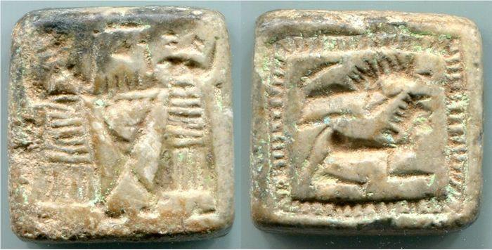 Dubbele vierkante steen zegel 205 x 158 mm  Dubbele vierkante steen zegel 205 x 158 mmSyro-Hettitische1e millennium V.Chr.Materiaal: SPEKST?Afmetingen: 203 x 201 x 9.7 mmGewicht: 846 gDe dubbele afdichting is gemaakt van steen waarschijnlijk steatiet. Het wordt doorboord aan twee zijden. Het is intact.Zie illustraties voor algemene voorwaarde.De twee platte gezichten zijn gegraveerd met scènes en de wisselende partners van horizontale lijnen en op verticale lijnen. Calciet covers de…