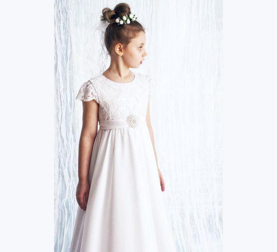 Erste Heilige Kommunion Kleid in weiß mit sehr zarter Spitze, Chiffon, mit einer schönen Brosche dekoriert