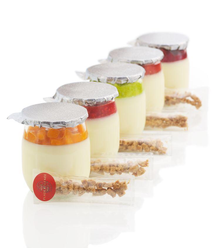 En la mente un yogur, este pastel de queso cubierto por una compota de fruta natural, acompañado de un delicioso crumble como si fuera el azucar.