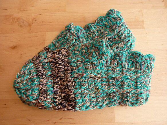 主な糸:エメラルドグリーン色の毛糸、カーキ杢の毛糸、黒の毛糸(ライン)、ベージュの糸、   (毛糸は、ウール100%、その他の糸はアクリルの混紡です)サイズ:... ハンドメイド、手作り、手仕事品の通販・販売・購入ならCreema。