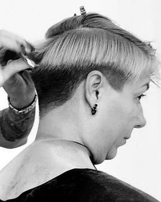 Ich finde das gut, wenn ältere Damen einen sauberen Haarschnitt und eine ordentliche Frisur tragen. Nichts Flippiges, nicht den neuesten Trend, aber auch nicht die typisch-Oma-Afro-Dauerwelle. Eine einfache, unaufdringliche, gepflegte Frisur, die dem Alter der Trägerin angemessen ist. Wer wünscht sich seine Oma in einem blonden Longbob mit roten Strähnen?