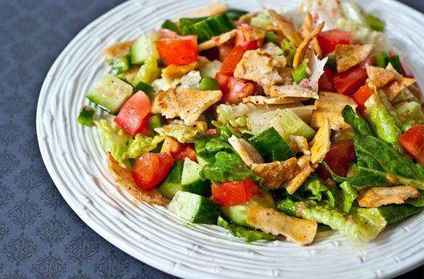 """Fattoush (insalata libanese) - Il fattoush è una ricetta il cui nome in arabo letteralmente significa """"pane inumidito"""", un'insalata tipica di origine libanese"""